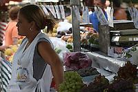 SÃO PAULO, SP, 04 DE ABRIL 2013. FEIRA LIVRE - Consumidores durante feira livre reclamam de preços altos, principalmente do tomate, nesta quinta-feira,4. FOTO: MAURICIO CAMARGO / BRAZIL PHOTO PRESS.