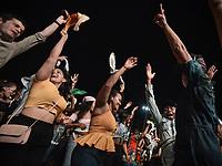 CALI - COLOMBIA. 16-08-2019: Asistentes hacen coreografías improvisadas al son de los grupos musicales participantes durante el tercer día del XXIII Festival de Música del Pacífico Petronio Alvarez 2019 el festival cultural afro más importante de Latinoamérica y se lleva acabo entre el 14 y el 19 de agosto de 2019 en la ciudad de Cali. / Assistants make an improvised choreographies with to the sound of the groups participating in the contest during the XXIII Pacific Music Festival Petronio Alvarez 2019 that is the most important afro descendant cultural festival of Latin America and takes place between August 14 and 19, 2019, in Cali city. Photo: VizzorImage/ Gabriel Aponte / Staff