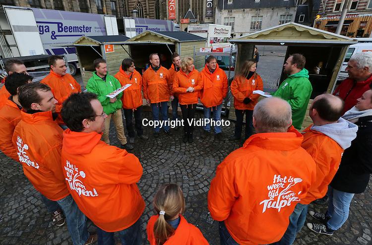 Foto: VidiPhoto<br /> <br /> AMSTERDAM - Massale belangstelling zaterdag voor de Nationale Tulpendag op De Dam in Amsterdam. Duizenden mensen, onder wie veel toeristen en de Russische attach&eacute;, maakten gebruik van de mogelijkheid een gratis bosje tulpen mee naar huis te nemen. Het is voor het derde jaar op rij dat de Nationale Tulpendag wordt gehouden, met als doel de meest bekende bloem van Nederland extra in het zonnetje te zetten. Op De Dam werd daarom een enorme pluktuin aangelegd met 200.000 bloeiende tulpen. Het ontwerp was van de kunstenaar GabyGaby, die The Tulipman bedacht. Een fictieve actieheld die de wereld beter en veiliger moet maken.