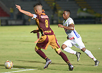IBAGUÉ -COLOMBIA, 15-01-2015. Matheus Uribe (Izq) jugador de Deportes Tolima disputa el balón con Arnol Palacios (Der) jugador del Atlético Huila por la fecha 10 de la Liga Aguila I 2016 jugado en el estadio Manuel Murillo Toro de la ciudad de Ibagué./ Matheus Uribe (L) player of  Deportes Tolima vies for the ball with Arnol Palacios (R) player of Atletico Huila for the date 10 of the Aguila League I 2016 played at Manuel Murillo Toro stadium in Ibague city. Photo: VizzorImage / Juan Carlos Escobar / Str