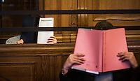 Berlin, Die Angeklagte Bilal K. (l.) und Memet E. sitzen am Montag (13.05.13) in Landgericht in Berlin vor dem Prozessbeginn im Fall Jonny K. gegen sechs Männer im Alter zwischen 19 und 24 Jahren. Foto: Maja Hitij/CommonLens