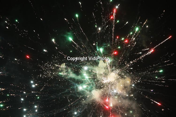 Foto: VidiPhoto<br /> <br /> DEN HAAG – Nederlandse ziekenhuizen zijn dinsdag druk met het behandelen van tientallen vuurwerkgewonden. Daarnaast zijn er veel mensen opgenomen met alcoholvergiftiging en slachtoffers van vechtpartijen. Daarnaast vielen er twee doden als gevolg van het vuurwerk. In totaal werd er voor meer dan 70 miljoen euro aan vuurwerk verkocht, meer dan tijdens de jaarwisseling van 2017-2018. Veel vuurwerk werd aangeschaft in Duitsland, waar er minder regels zijn en het ook goedkoper is.