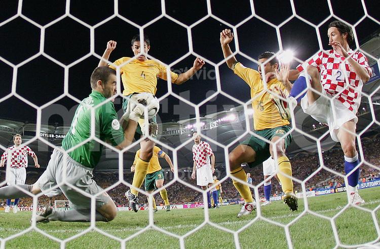 Fussball WM 2006 Vorrunde Kroatien - Australien Stipe PLETIKOSA (CRO,li) und Darijo SRNA (CRO,re) gegen Tim CAHILL (AUS,2.vli) und JJohn ALOISI (AUS,2.v.re)