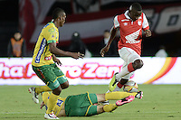 BOGOTÁ -COLOMBIA, 29-11-2014. Dairon Mosquera (Der) jugador de Independiente Santa Fe disputa el balón con dos jugadores de Atlético Huila durante partido por la fecha 1 de los cuadrangulares finales de la Liga Postobón II 2014 jugado en el estadio Nemesio Camacho el Campín de la ciudad de Bogotá./ Dairon Mosquera (R) player of Independiente Santa Fe fights for the ball with two players of Atletico Huila during the match for the first date of the final quadrangular of the Postobon League I 2014 played at Nemesio Camacho El Campin stadium in Bogotá city. Photo: VizzorImage/ Gabriel Aponte / Staff