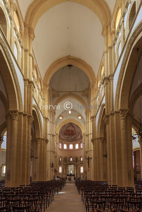 France, Saône-et-Loire (71), Paray-le-Monial, nef de la basilique du Sacré-Coeur  // France, Saone et Loire, Paray le Monial, Sacre Coeur basilica