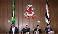 SAO PAULO, 19.12.2014 - ASSINATURA DA PPP RODOV. DOS TAMOIOS - O Governador do Est. de São Paulo, Geraldo Alckmin, junto do superintendente do Departamento de Estradas de Rodagem (DER), Clodoaldo Pericione, assina o contrado da Parceria Público Privado (PPP) para a duplicação da Rodovia dos Tamios nesta sexta-feira (19) no Palácio dos Bandeirantes, cede do governo na zona sul da capital. <br /> <br /> (Foto: Fabricio Bomjardim / Brazil Photo Press).