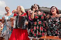 Nederland Almere - Augustus 2018. De tweede editie van het Forever Young Festival.  Het Forever Young Festival is een gratis festival met veel activiteiten en optredens voor 65-plussers. Bezoekers zingen mee.  Foto mag niet in negatieve context gepubliceerd worden.     Foto Berlinda van Dam / Hollandse Hoogte