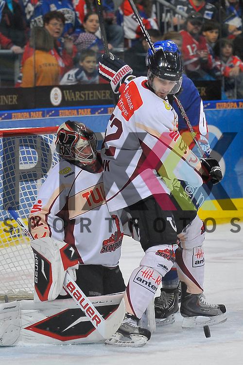 Mannheim 04.11.12, DEL, Adler Mannheim - Hannover Scorpions, vor dem Tor von Hannovers Dimitri Paetzold (Nr.32) sind Hannovers Sachar Blank (Nr.52) gegen Mannheims Mirko Hoefflin (Nr.61) <br /> <br /> Foto &copy; Ice-Hockey-Picture-24 *** Foto ist honorarpflichtig! *** Auf Anfrage in hoeherer Qualitaet/Aufloesung. Belegexemplar erbeten. Veroeffentlichung ausschliesslich fuer journalistisch-publizistische Zwecke. For editorial use only.