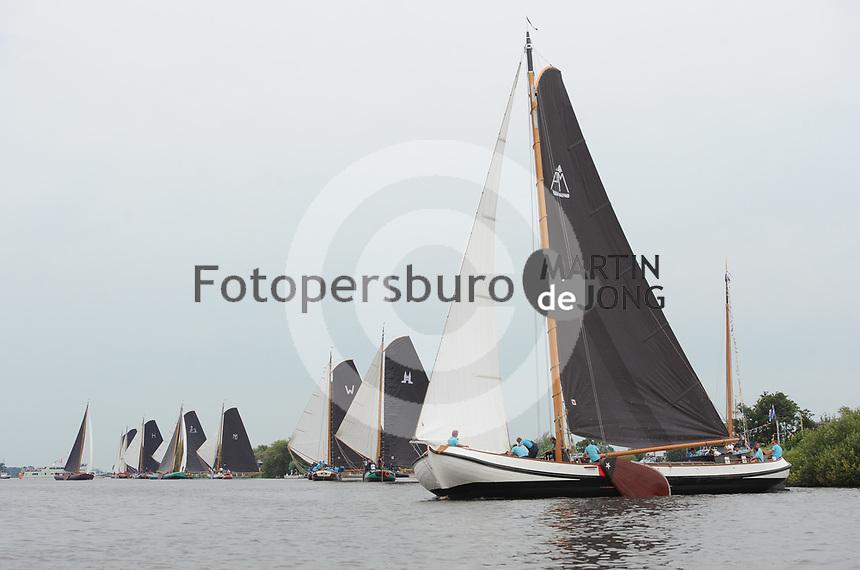 ZEILSPORT: EARNEWÂLD: 08-08-2017, SKS Skûtsjesilen, voorgrond winnaar skûtsje Akkrum schipper Pieter Meeter, ©foto Martin de Jong