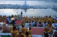INDIA Rishikesh, hindu ceremony infront of Shiva Stature at River Ganges Ganga / INDIEN Rishikesh, Hindu Zeremonie am Fluss Ganges mit Shiva Statue
