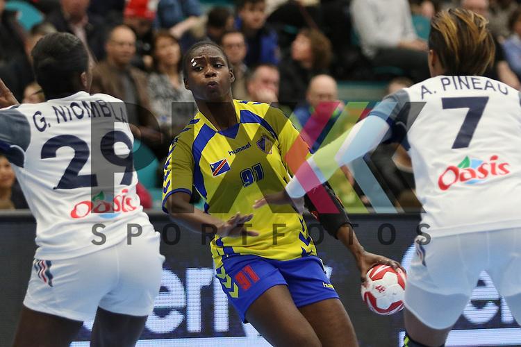 Kolding (DK), 10.12.15, Sport, Handball, 22th Women's Handball World Championship, Vorrunde, Gruppe C, Frankreich-DR Kongo :  Simone Thiero (DR Kongo, #91), Allison Pineau (Frankreich, #07), Gnonsiane Niombla (Frankreich, #29)<br /> <br /> Foto &copy; PIX-Sportfotos *** Foto ist honorarpflichtig! *** Auf Anfrage in hoeherer Qualitaet/Aufloesung. Belegexemplar erbeten. Veroeffentlichung ausschliesslich fuer journalistisch-publizistische Zwecke. For editorial use only.