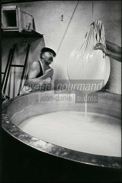 Europe/France/Rhône-Alpes/73/Savoie/Beaufortain: Préparation du Beaufort  à l'estive du refuge de La Baume