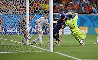 FUSSBALL WM 2014  VORRUNDE    Gruppe B     Spanien - Niederlande                13.06.2014 Stefan de Vrij (li, Niederlande) erzielt das Tor zum 1:3, Torwart Iker Casillas (re, Spanien) ist geschlagen