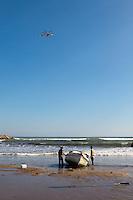 La barca es desvolcada mientras el helicóptero de salvamento marítimo busca más tripulantes