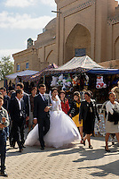 Hochzeitsgesellschaft in der Altstadt Ichan Qala, Chiwa, Usbekistan, Asien<br /> wedding party in the  hitoric city Ichan Qala, Chiwa, Uzbekistan, Asia