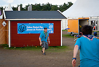 Two ISt from the UK are plazing frisbee in front of their work. Photo: André Jörg/ Scouterna