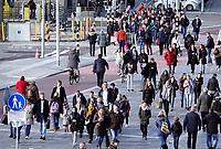 Nederland Utrecht 2018. Mensen op straat bij Centraal Station.  Foto Berlinda van Dam / Hollandse Hoogte
