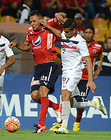 MEDELLIN- COLOMBIA - 18-10-2016: Marlon Piedrahita (Izq.) jugador de Deportivo Independiente Medellin disputa el balon con Jorge Gonzalez (Der.) jugador de Cerro Porteño, durante partido de ida entre Deportivo Independiente Medellin de Colombia y Cerro Porteño de Paraguay por los cuartos de final de final de la Copa Suramericana en el estadio Atanasio Girardot de la ciudad de Medellin.  / Marlon Piedrahita (L) player of Deportivo Independiente Medellin vies for the ball with Jorge Gonzalez (R) player of Cerro Porteño, during a match between Deportivo Independiente Medellin of Colombia and Cerro Porteño of Paraguay for the first leg of the quarter finals of the South American Cup at the Atanasio Girardot stadium in the city of Medellin. Photo: VizzorImage / Leon Monsalve / Cont.