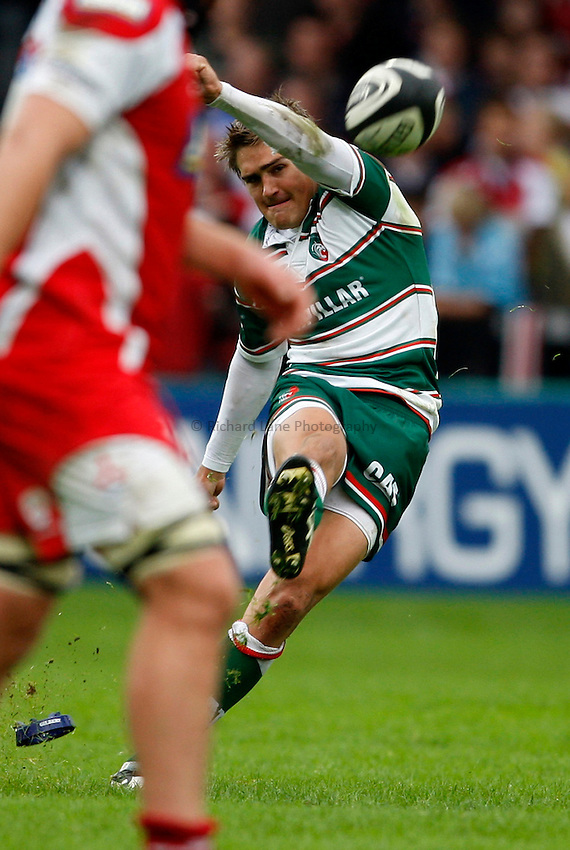 Photo: Richard Lane/Richard Lane Photography. Gloucester Rugby v Leicester Tigers. Guinness Premiership. 07/09/2008. Tigers' Toby Flood kicks.