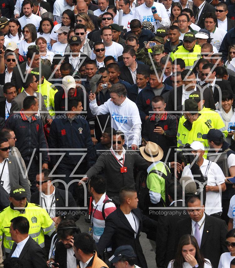 """BOGOTA-COLOMBIA: 09-04-2013: Miles de Colombianos encabezados por el Presidente Juan Manuel Santos (Cent.), marcharon por la Paz en las calles de Bogotá, abril 9 de 2013. El presidente Santos desmintió que las Fuerzas Armadas Revolucionarias de Colombia (FARC), estén infiltradas presionando a los campesinos para marchar, """"Yo no veo guerrillas alrededor mío"""", agrego el mandatario. La jornada comenzó pasadas las ocho de la mañana en el monumento de los Caídos, en el occidente de Bogotá y se dirigió a la Plaza de Bolivar en el centro de la capital colombiana. (Fotos: VizzorImage / Luis Ramírez / Staff.) Thousands of Colombians headed by President Juan Manuel Santos (C), marched for peace on the streets of Bogota,, April 9, 2013. President Santos denied that the Revolutionary Armed Forces of Colombia (FARC) are infiltrated pressuring farmers to march, """"I do not see guerrillas around me,"""" Santos said. The marches began just after eight o'clock in the Memorial Monument in western Bogota and went to the Plaza de Bolivar in downtown Bogota. (Photos: VizzorImage / Luis Ramirez / Staff.)"""