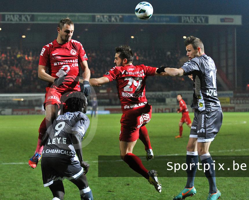 KV Kortrijk - SV Zulte Waregem  : duel met Baptiste Martin (links) , Mbaye Leye (links onder) , Romain Reynaud en Jens Naessens.foto VDB / BART VANDENBROUCKE
