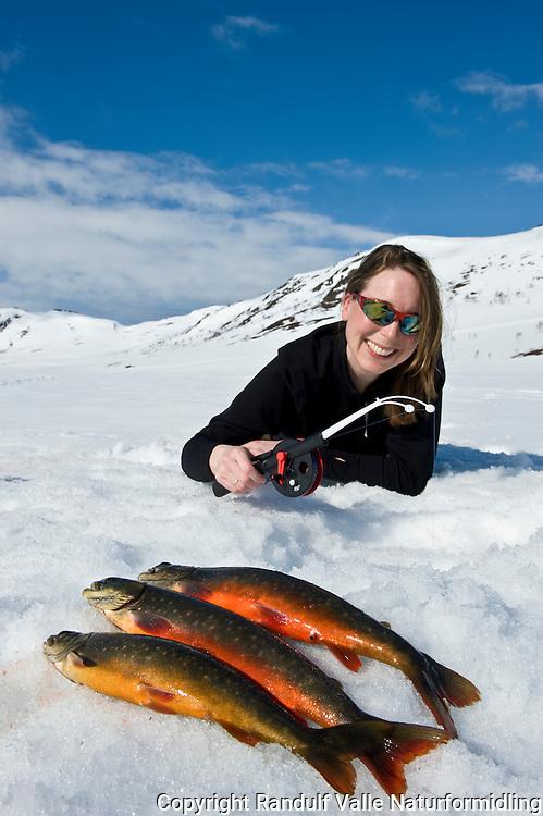 Jente med røyefangst i vårsol ---- Girl and arctic char
