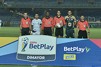 CALI - COLOMBIA, 20-02-2020: Alejandro Moncada, árbitro, Juan Mateo Trejos del Atletico, Oliver Fula del Real y los arbitros asistentes durante los actos protocolarios previo al partido de ida por la primera ronda de clasificación de la Copa BetPlay DIMAYOR 2020 entre Atlético F.C. y Real Cartagena jugado en el estadio Pascual Guerrero de la ciudad de Cali. / Alejandro Moncada, referee, Juan Mateo Trejos of Atletico, Oliver Fula of Real and assistante referees during the formal events prior the first leg match for the first round of classification as part of BetPlay DIMAYOR Cup 2020 between Atlético F.C. and Real Cartagena played at Pascual Guerrero stadium in Cali. Photo: VizzorImage / Gabriel Aponte / Staff