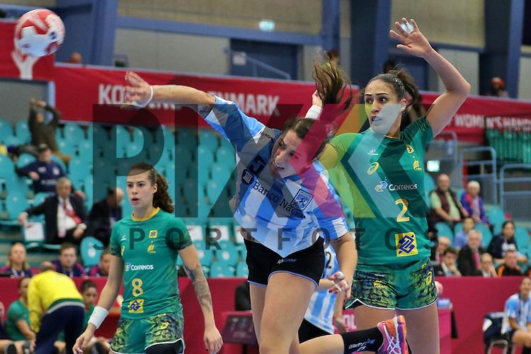 Kolding (DK), 010.12.15, Sport, Handball, 22th Women's Handball World Championship, Vorrunde, Gruppe C, Argentinien-Brasilien : Manuela Pizzo (Argentinien, #05), Fabiana Carvalho Diniz (Braslien, #02)<br /> <br /> Foto &copy; PIX-Sportfotos *** Foto ist honorarpflichtig! *** Auf Anfrage in hoeherer Qualitaet/Aufloesung. Belegexemplar erbeten. Veroeffentlichung ausschliesslich fuer journalistisch-publizistische Zwecke. For editorial use only.