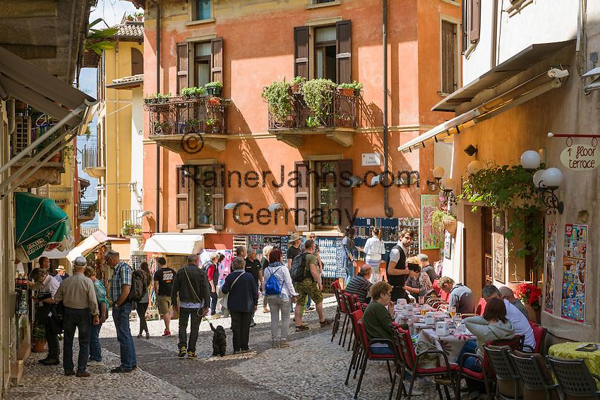Italy, Veneto, Lake Garda, Malcesine: café in old town   Italien, Venetien, Gardasee, Malcesine: Café in der Altstadt