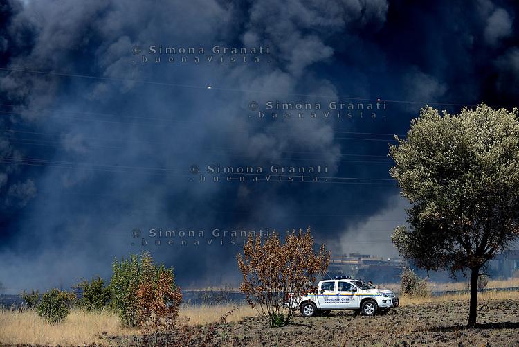 Roma, 9 Agosto 2017<br /> Vasto incendio in Via Salviati zona Tor Cervara, nube nera.<br /> Volontari della protezione civile
