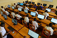 RWANDA, Butare, children in computer class in secondary school  / RUANDA, Butare, Kinder in einer Sekundarschule, Computer Klasse