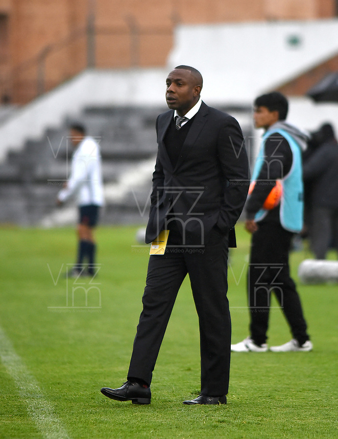 TUNJA -COLOMBIA, 12-03-2017: Gonzalo Martinez técnico (E) de Atlético Bucaramanga gesticula durante partido contra Patriotas FC por la fecha 9 de la Liga Águila I 2017 realizado en el estadio La Independencia de Tunja. / Gonzalo Martinez coach (E) of Atletico Bucaramanga gestures during match against Patriotas FC for the date 9 of Aguila League I 2017 played at La Independencia stadium in Tunja . Photo: VizzorImage/César Melgarejo/Cont