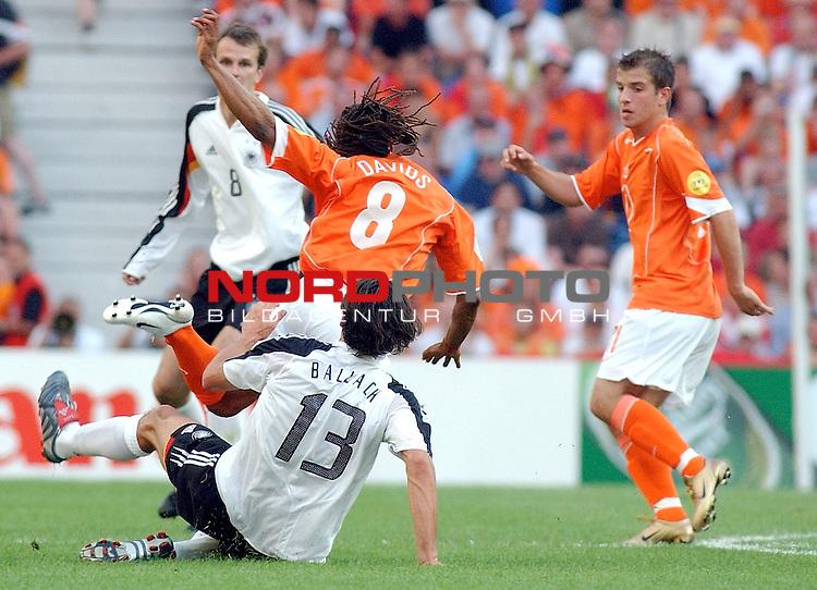 Europameisterschaft 2004 Portugal<br /> <br /> Deutschland - Niederlande<br /> <br /> Michael Ballack (Deutschland) graetscht von hinten Edgar Davids (Niederlande) um.<br /> <br /> Foto &copy; nordphoto
