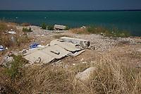 Grecia, Patrasso 2011: rifugiati  accampati lungo la spiaggia. Cartoni abbandonati sulla spiaggia. Grece ville de Patras  2011 - refugies  dorment au bord de la plage
