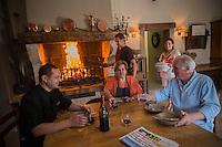 Europe/France/2A/Corse du Sud/Levie : Ferme-Auberge: A PIgnata, La famille  Rocca-Serra au coin du feu<br />   [Non destiné à un usage publicitaire - Not intended for an advertising use]