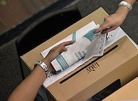 BOGOTÁ -COLOMBIA. 25-05-2014. Aspecto de la jornada de elecciones Presidenciales en en Colombia que se realizan hoy 25 de mayo de 2014 en todo el país./ Aspect of the day of Presidential elections in Colombia that made today May 25, 2014 across the country. Photo: VizzorImage/ Gabriel Aponte / Staff