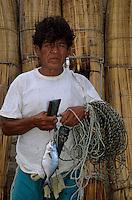 Amérique/Amérique du Sud/Pérou/Env de Chiclayo/Pimentel : Pêcheur ramenant sa pêche et sa ligne