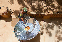 MALI Bandiagara, woman with solar cooker preparing food / Mali Bandiagara , Frauen bereiten mit Solarkocher das Essen zu