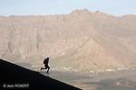 La descente  du Pico de Fogo (2829 m) dans les scories et les pouzzolanes est plus rapide que la montee.  Ile de Fogo. Cap Vert