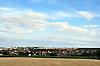 Blick über ein abgeerntetes Getreidefeld und Weinberge auf Nieder-Saulheim