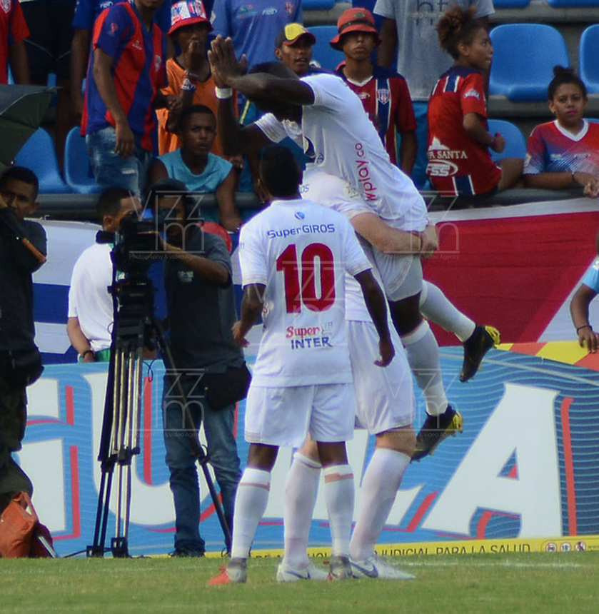 SANTA MARTA- COLOMBIA, 18-04-2019: Yesus Cabrera jugador del América de Cali celebra después de anotar un gol al Unión Magdalena  durante partido por fecha 16 de la Liga Águila I 2019 jugado en el estadio Sierra Nevada de la ciudad de Santa Marta. / Yesus Cabrera player of America of Cali  celebrates after scoring a goal agaisnt of Union Magdalena during match for the date 16 as part of the  Aguila League  I 2019 played at the Sierra Nevada Stadium in Santa Marta  city. Photo: VizzorImage / Gustavo Pacheco / Contribuidor