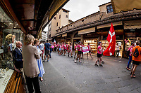 Pink Parade of Nations fra Piazza Pitti til Piazza Signoria med deltagelse af alle landes hold.<br />  IBCPC Dragon Boat Festival i Firenze er en dragebådsfestival for brystkraftramte kvinder. Copenhagen Dragonboat Team deltager med godt 20 kvinder i alderen fra 25 til 62.<br /> <br /> Foto: Jens Panduro<br /> <br /> The IBCPC Dragon Boat Festival is held every four years under the auspices of the International Breast Cancer Paddler's Commission. The Festival is an international non-competitive participatory event targeting Breast Cancer Survivors teams who engage in Dragon Boat activities as post-operative rehabilitation. Born from the idea of a Canadian sports medicine physician, Doctor Don McKenzie about twenty years ago, Dragon Boat paddling has become a rehabilitation therapy for tens of thousands of men and women worldwide, who have undergone surgery.<br /> For the first time since its institution in 2005, the IBCPC FESTIVAL will be held in Europe – in Italy!! The Florence 2018 Festival will involve 129 teams from 17 countries , and for the very first time ALL the continents are represented.<br /> Organised and promoted by FIRENZE IN ROSA Onlus as the official Organising Committee, the Florence Festival will be a sporting event but above all a social occasion in which Florence will welcome from 4,000 to 5,000 people from all over the world. The participants are mainly women between the ages of 20 and 80, who will meet to take part in the exciting Dragon Boat races, paddling together on the Arno. They will also be accompanied by their friends and family, their faithful and enthusiastic supporters.