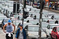 SÃO PAULO-SP-27,09,2014-TRÂNSITO FRANSCISCO MORATO-<br /> O motorista enfrenta lentidão na Avenida Franscisco Morato sentido Centro .Região Oeste da cidade de São Paulo,na tarde de Sábado,27(Foto:Kevin David/Brazil Photo Press)