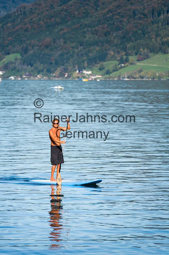 Austria, Upper Austria, Salzkammergut: Stand Up Paddling (SUP),on lake Attersee   Oesterreich, Oberoesterreich, Salzkammergut: Stand Up Paddling (SUP), auch Stehpaddeln genannt, auf dem Attersee
