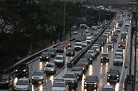 SAO PAULO, SP, 20/06/2012, TRANSITO. Manha complicada na Ligacao Leste Oeste em Sao Paulo. O motorista enfrenta transito intenso no sentido da Lapa. Luiz Guarnieri/ Brazil Photo Press.
