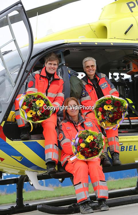 Foto: VidiPhoto<br /> <br /> ROTTERDAM &ndash; De vier Nederlandse traumaheli&rsquo;s zijn vorig jaar bijna 8000 keer uitgerukt, een nieuw record. Dat is 22 keer per dag. Mede om die reden werden de teams vrijdag in de bloemen gezet, zoals hier op Rotterdam The Hague Airport. De hulpverleners kregen van Fleurop-directeur Jeroen de Zwart de eerste Valentijnsboeketten uitgereikt als blijk van waardering voor hun werk. De traumateams staan 365 dagen per jaar, 24 uur per dag paraat om bij ernstige ongevallen naar de plaats des onheils te vliegen en medische bijstand te verlenen. De Zwart: &ldquo;Valentijnsdag in Nederland gaat tegenwoordig niet uitsluitend over passionele liefde. In toenemende mate is 14 februari de dag om waardering voor mensen te uiten en hen eens extra in het zonnetje te zetten.&rdquo; Fleurop geeft het goede voorbeeld en zet de Nederlandse mobiele traumateams in de bloemen omdat zij dagelijks levensreddend werk verrichten onder vaak moeilijke omstandigheden. Behalve in Rotterdam, zijn ook de leden van de mobiele traumateams in Groningen, Amsterdam en Volkel in de bloemen gezet. Fleurop verwacht komende zondag, Valentijnsdag, in Nederland een record aantal boeketten te bezorgen. V.l.n.r. Amanda Tijben (pilote), Petra Landa (verpleegkundige) en Patricia Gerritsen (arts).