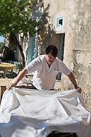 Europe/France/2B/Haute Corse/Balagne/Pigna: Auberge: Casa Musicale - on dresse la terrasse