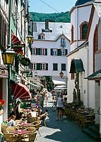 Deutschland, Rheinland-Pfalz, Moseltal, Bernkastel-Kues: Gasse mit Straßencafe | Germany, Rhineland-Palatinate, Moselle Valley, Bernkastel-Kues: lane with sidewalk cafe