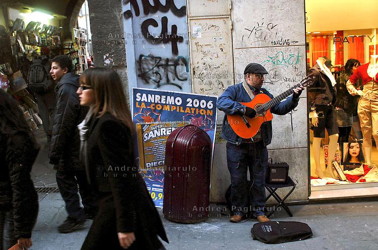 Italia, Sanremo, Festival della canzone italiana. Musicista di strada davanti al teatro Ariston.Italy, Sanremo. Festival di Sanremo, the popular festival of italian music. Street musician near  the Ariston theatre.
