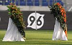 Am heutigen Sonntag (15.11.2009) nahmen die Fans und Freunde des am 10.11.2009 verstorbenen Nationaltorwartes Robert Enke ( Hannover 96 ) Abschied. In der groessten Trauerfeier nach Adenauer kamen rund 100.000 Träuergaeste zur AWD Arena. Zu den VIP zählten u.a. Altkanzler Gerhard Schroeder, Bundestrainer Joachim Loew und die aktuelle DFB Nationalmannschaft, sowie Vertreter der einzelnen Bundesligamannschaften und ehemalige Vereine, in denen er gespielt hat. Der Sarg wurde im Mittelkreis des Stadions aufgebahrt. Trauerreden hielten u.a. MIniterpräsident Christian Wulff, DFB Präsident Theo Zwanziger , Han. Präsident Martin Kind <br /> <br /> Foto: Teresa Enke nimmt kurz vor 10 Abschied von ihrem Mann, der am MIttelkreis aufgebahrt wurde. <br /> <br /> Foto: © nph ( nordphoto )  <br /> <br />  *** Local Caption *** Fotos sind ohne vorherigen schriftliche Zustimmung ausschliesslich für redaktionelle Publikationszwecke zu verwenden.<br /> Auf Anfrage in hoeherer Qualitaet/Aufloesung